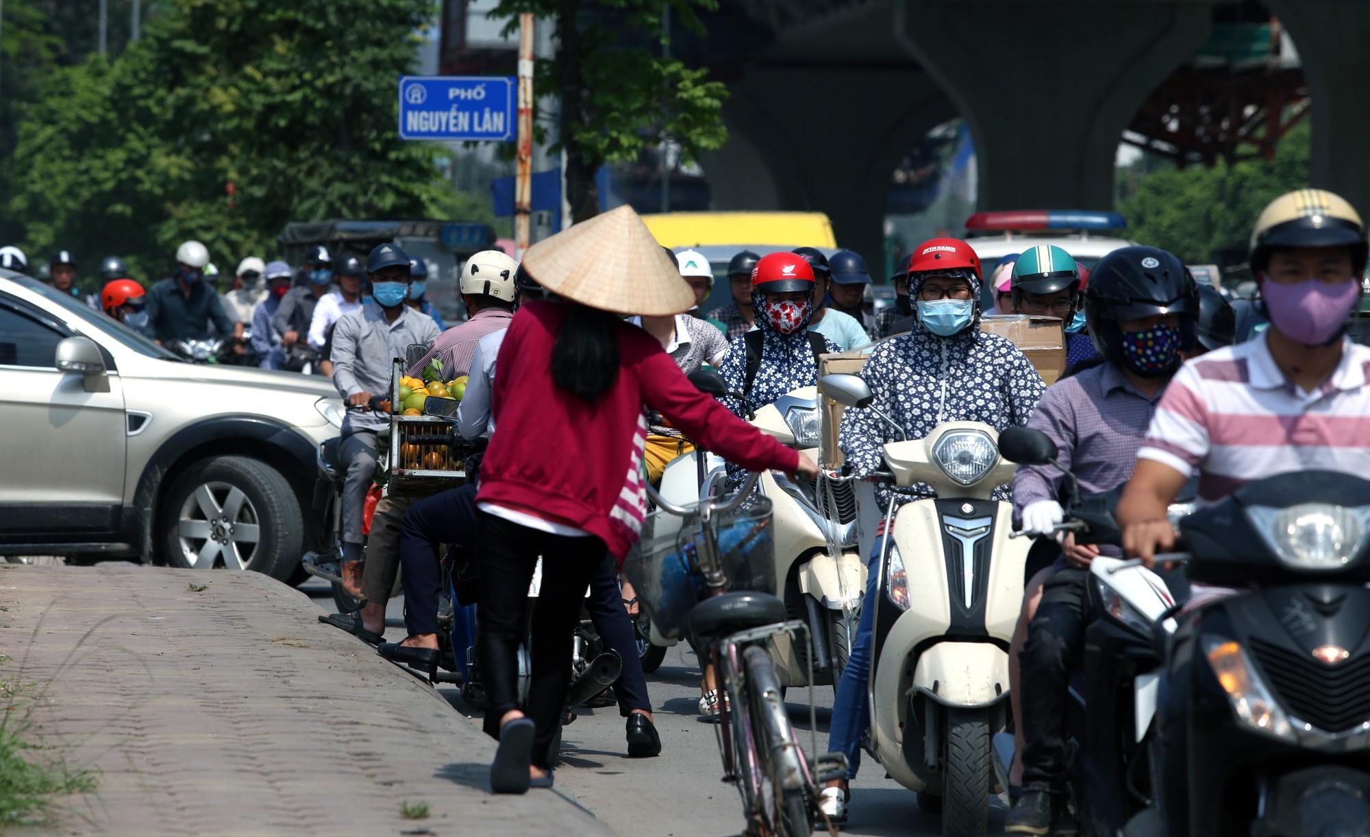 Phơi nắng cháy da trên đường Trường Chinh vì ùn tắc - Ảnh 10.