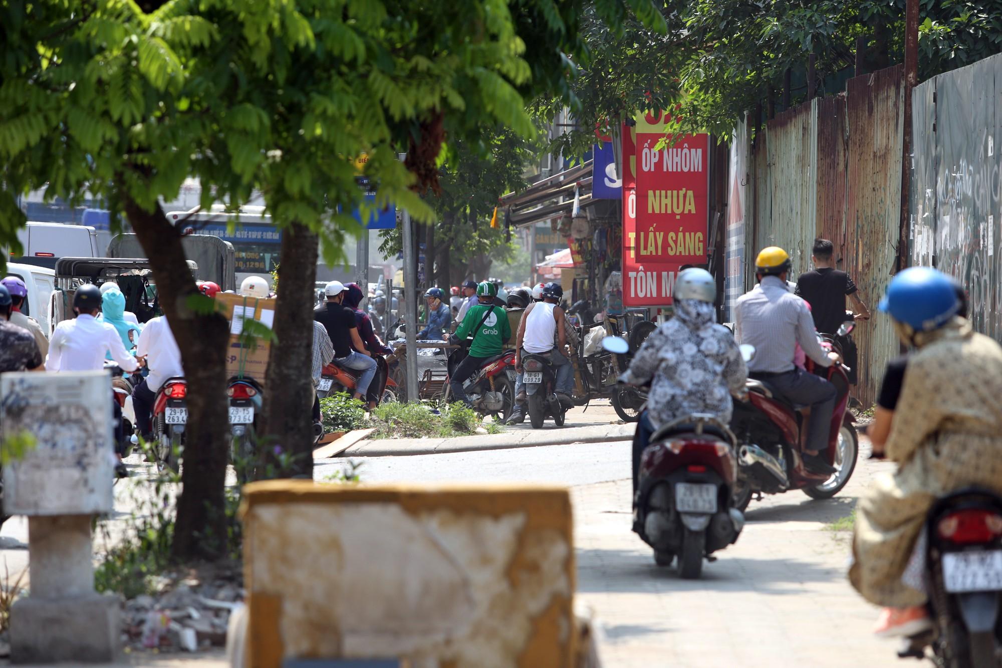 Phơi nắng cháy da trên đường Trường Chinh vì ùn tắc - Ảnh 11.
