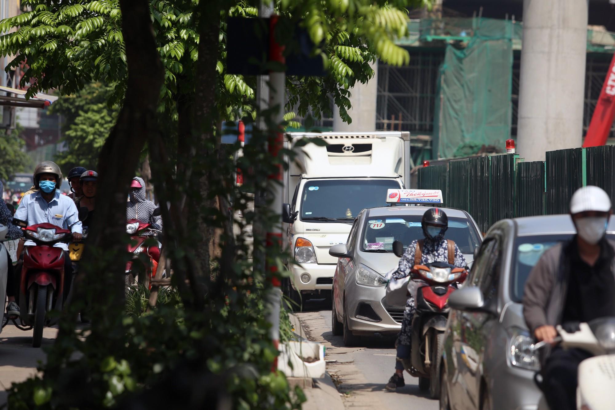 Phơi nắng cháy da trên đường Trường Chinh vì ùn tắc - Ảnh 8.
