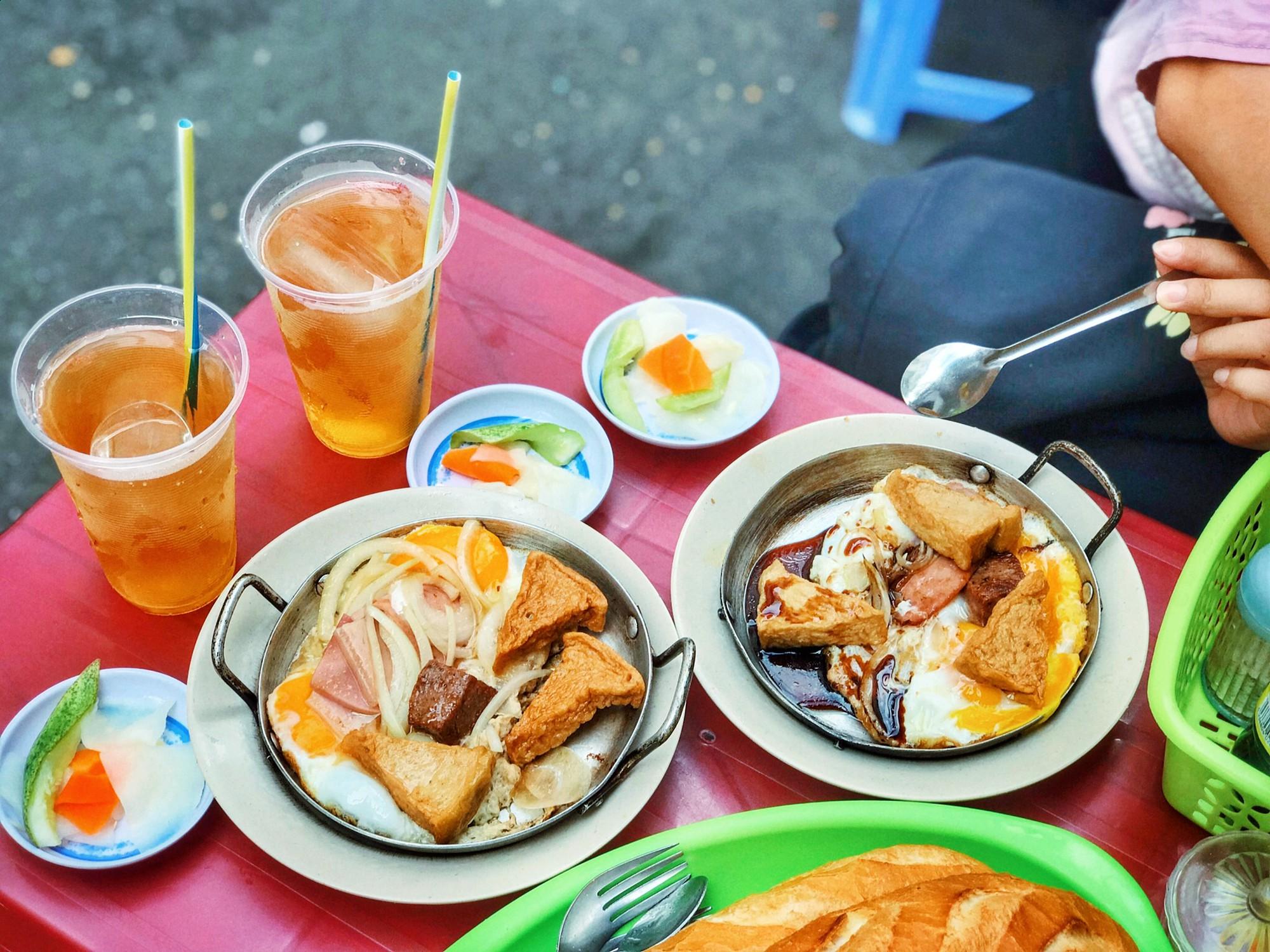 Tận hưởng bữa sáng theo cách riêng rất lạ của người Sài Gòn - Ảnh 2.