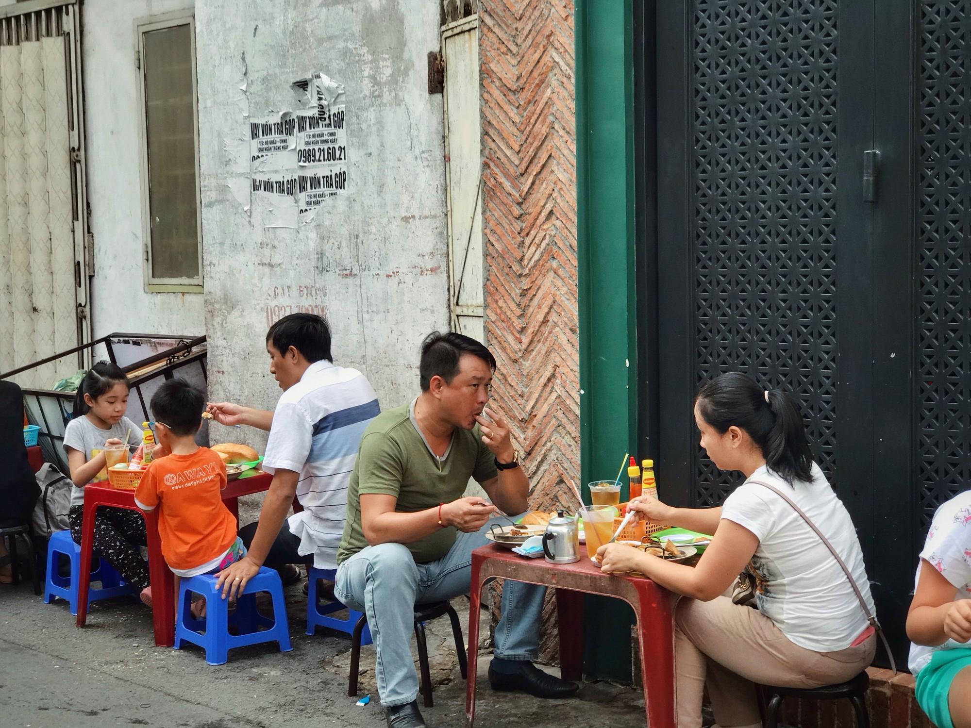 Tận hưởng bữa sáng theo cách riêng rất lạ của người Sài Gòn - Ảnh 3.