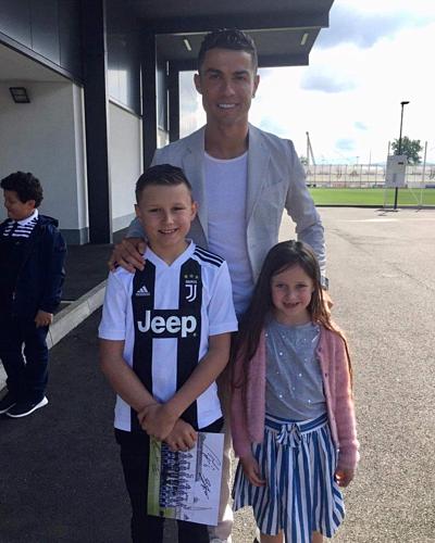 Ronaldo nghĩa hiệp với CĐV nhí - Ảnh 1.