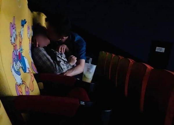 Cặp đôi thản nhiên sờ soạng nhau trong rạp chiếu phim khiến cả ngàn người nhức mắt - Ảnh 1.