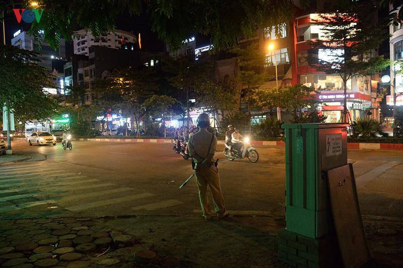 Cảnh sát Hà Nội mật phục, chủ quán bia báo cho khách né bị xử phạt - Ảnh 2.