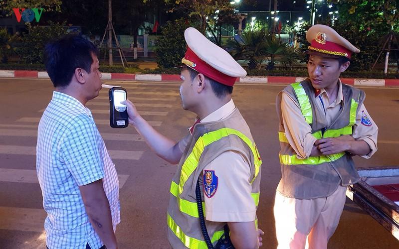 Cảnh sát Hà Nội mật phục, chủ quán bia báo cho khách né bị xử phạt - Ảnh 3.