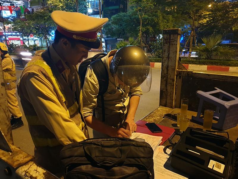 Cảnh sát Hà Nội mật phục, chủ quán bia báo cho khách né bị xử phạt - Ảnh 4.