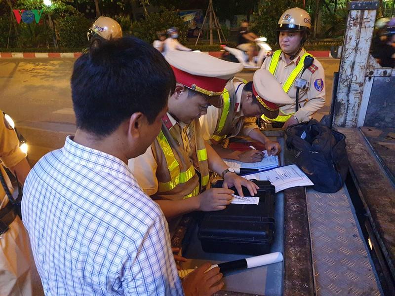 Cảnh sát Hà Nội mật phục, chủ quán bia báo cho khách né bị xử phạt - Ảnh 5.