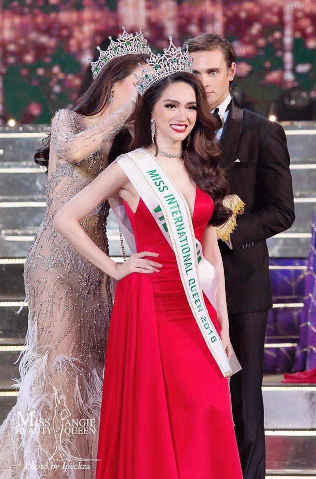 Những chiếc váy giúp Hoa hậu Hương Giang nâng tầm đẳng cấp  - Ảnh 1.