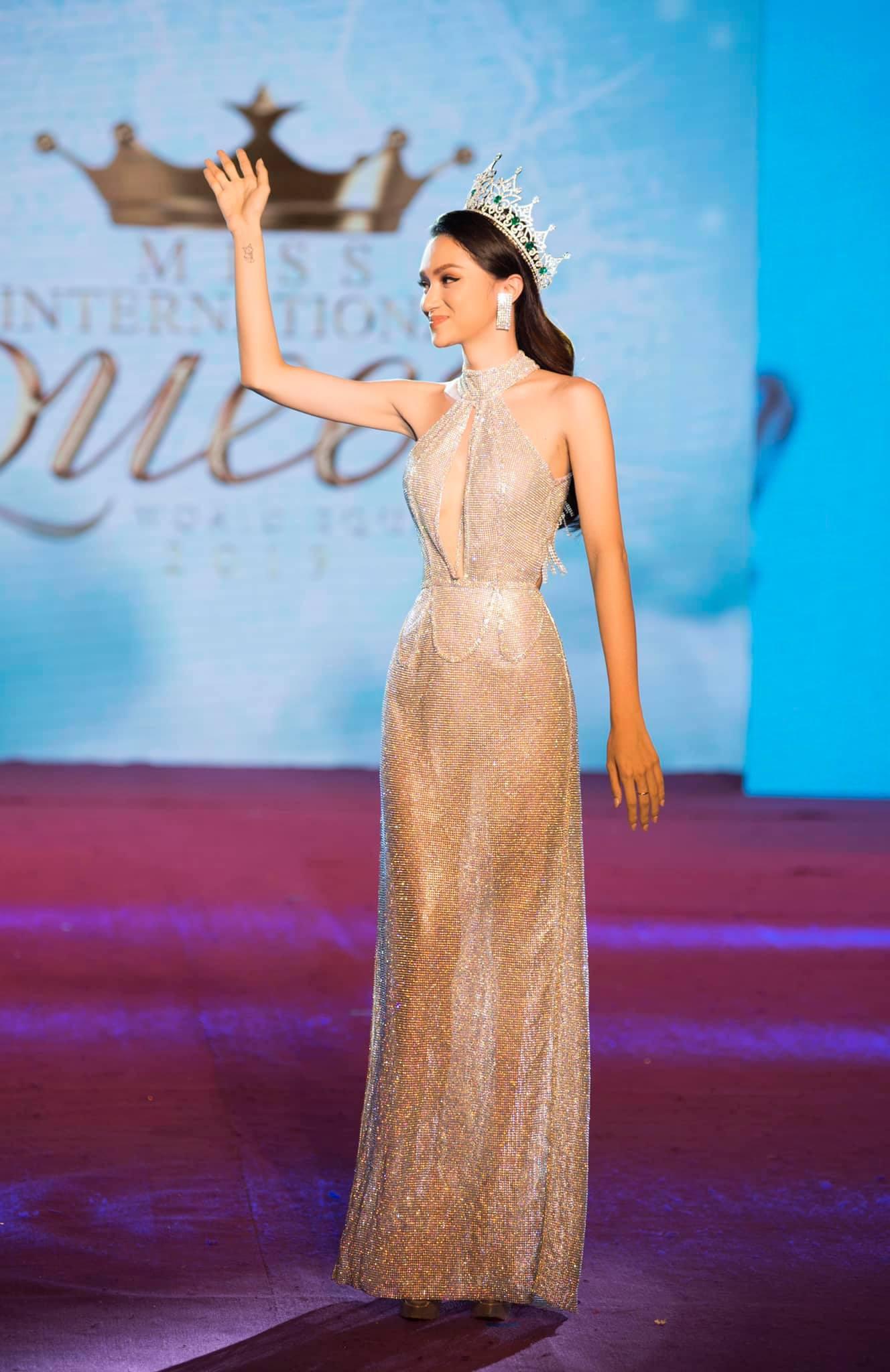 Những chiếc váy giúp Hoa hậu Hương Giang nâng tầm đẳng cấp  - Ảnh 14.