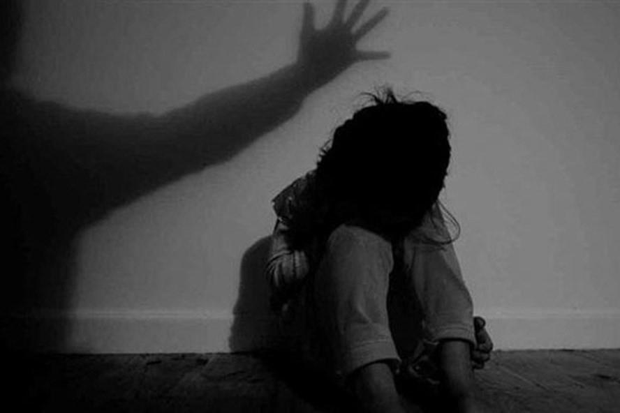 Hà Nội: Khởi tố kẻ bệnh hoạn khống chế rồi bế vào nhà hiếp dâm bé gái 9 tuổi đang đi ngoài đường - Ảnh 1.
