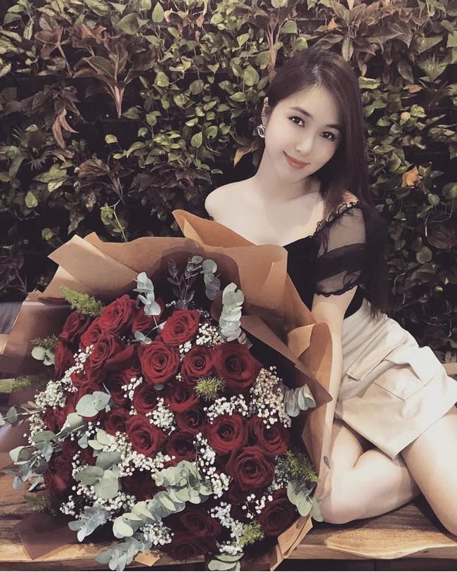 Sao Việt hôm nay (17/5): Hương Tràm tắt điện thoại; Nam Thư đáp trả antifan chỉ trích cô vô duyên khi làm MC Bạn muốn hẹn hò - Ảnh 1.