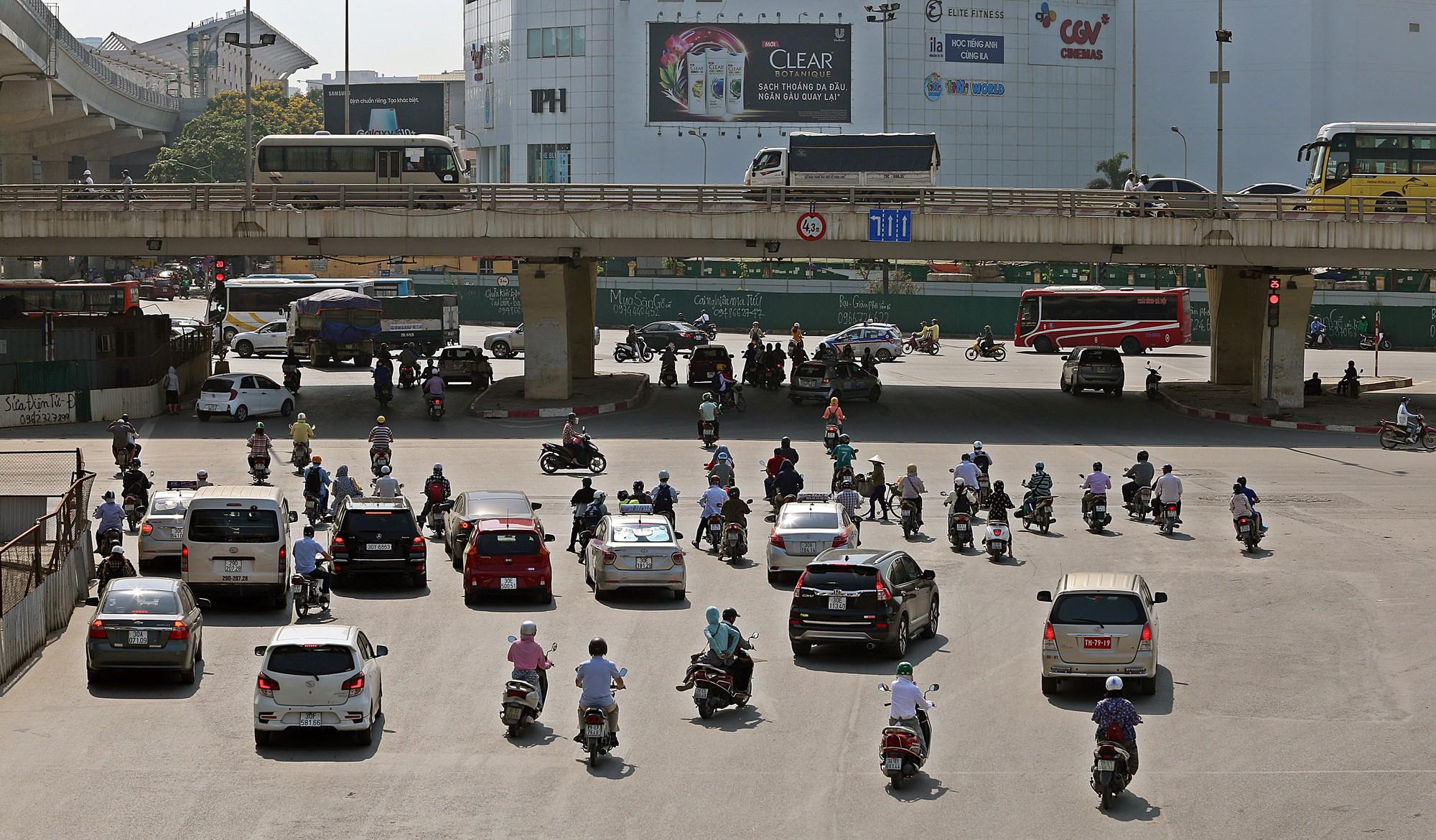 Người dân thi nhau vượt đèn đỏ ở Hà Nội vì nắng nóng, tia UV nguy cơ gây hại cao? - Ảnh 1.