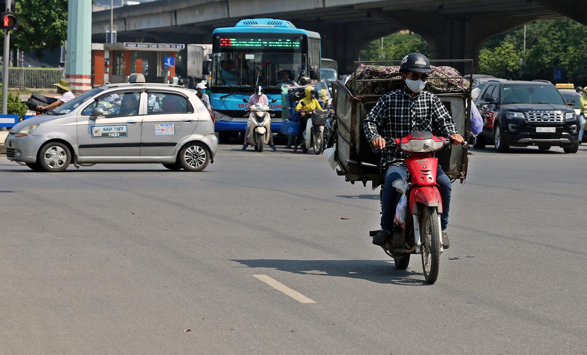 Người dân thi nhau vượt đèn đỏ ở Hà Nội vì nắng nóng, tia UV nguy cơ gây hại cao? - Ảnh 11.