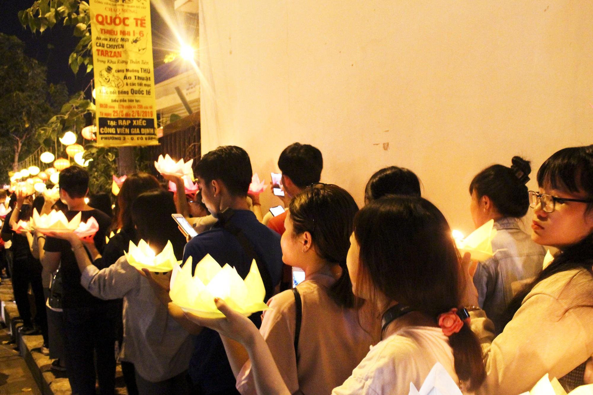 Chùa Pháp Hoa lung linh ngọn đèn hoa đăng ngày lễ Phật Đản - Ảnh 8.