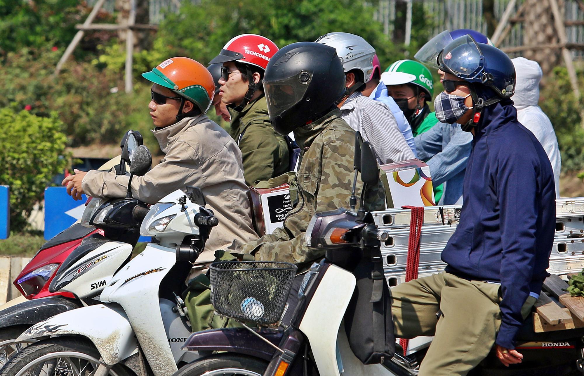 Người dân thi nhau vượt đèn đỏ ở Hà Nội vì nắng nóng, tia UV nguy cơ gây hại cao? - Ảnh 2.