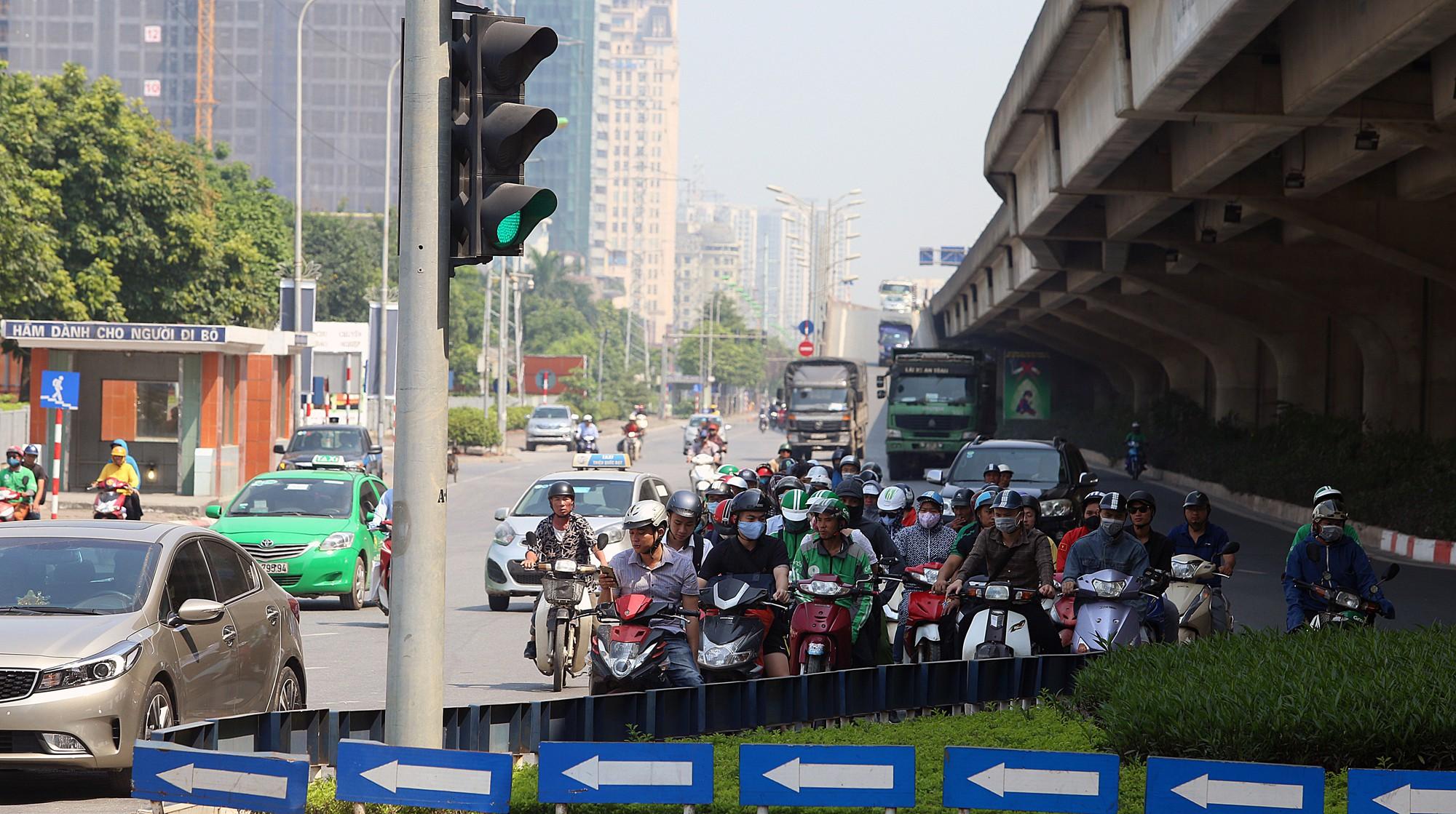 Người dân thi nhau vượt đèn đỏ ở Hà Nội vì nắng nóng, tia UV nguy cơ gây hại cao? - Ảnh 3.
