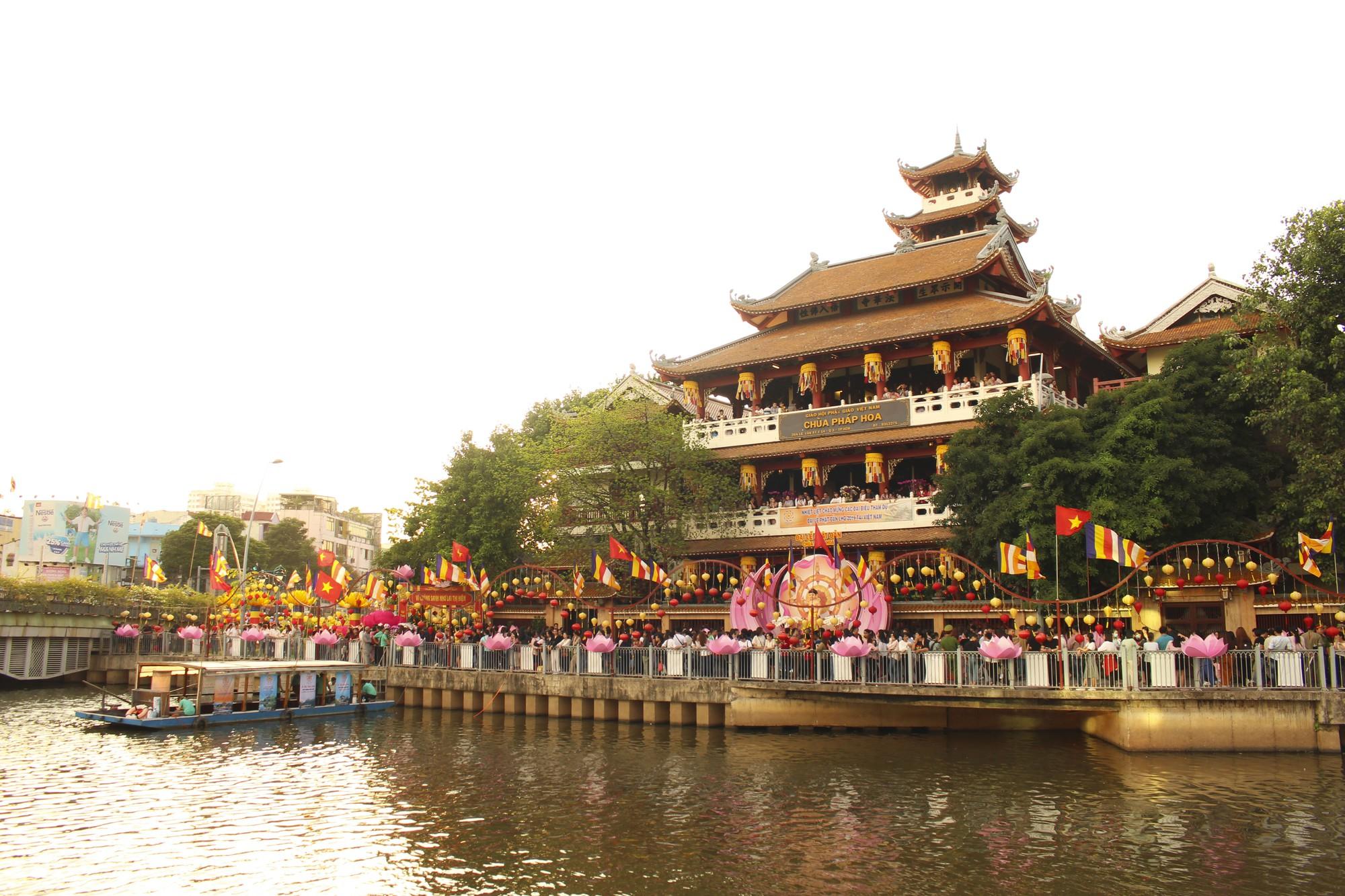 Chùa Pháp Hoa lung linh ngọn đèn hoa đăng ngày lễ Phật Đản - Ảnh 1.
