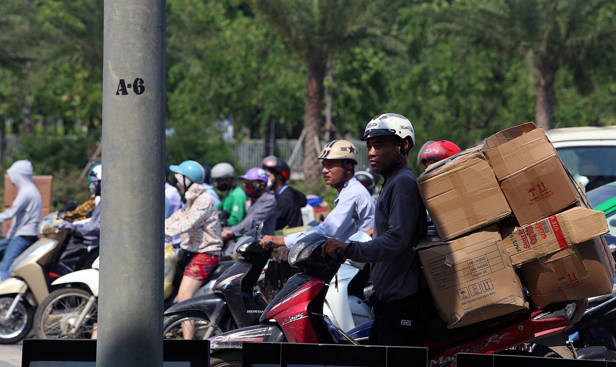 Người dân thi nhau vượt đèn đỏ ở Hà Nội vì nắng nóng, tia UV nguy cơ gây hại cao? - Ảnh 4.