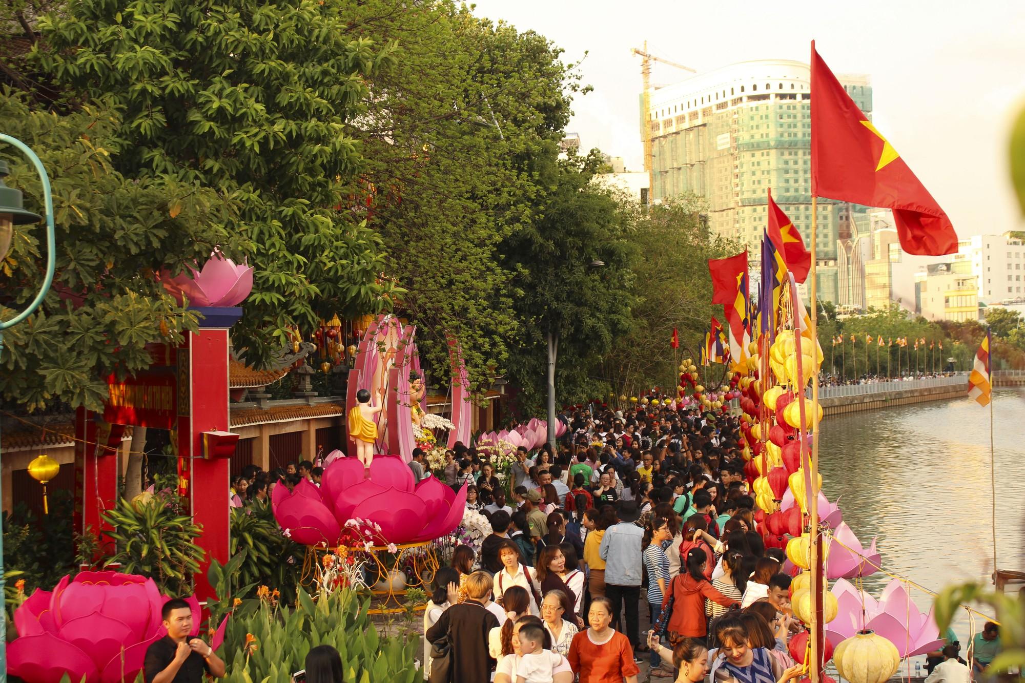 Chùa Pháp Hoa lung linh ngọn đèn hoa đăng ngày lễ Phật Đản - Ảnh 2.