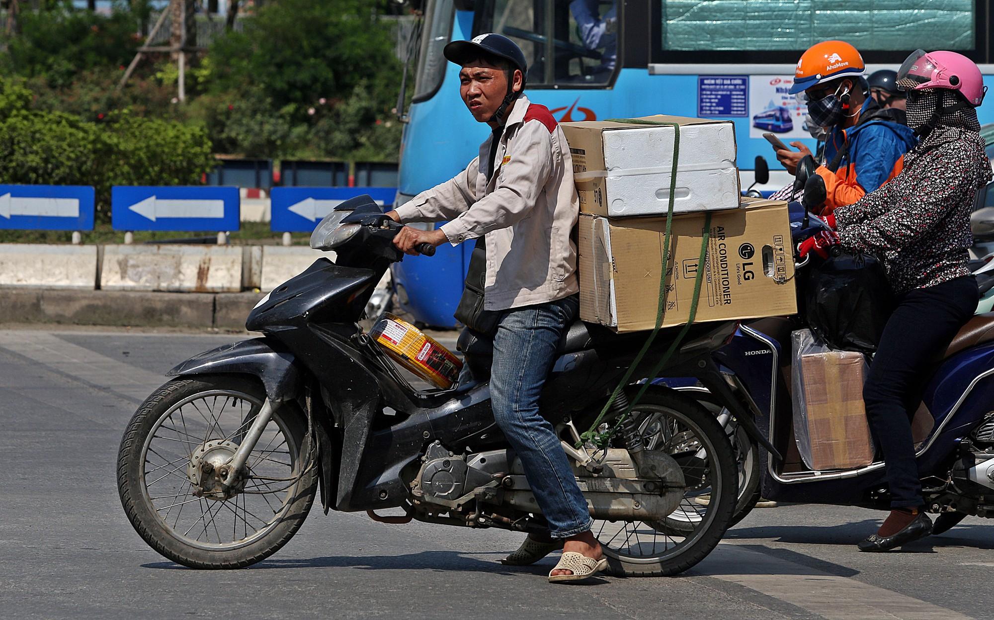 Người dân thi nhau vượt đèn đỏ ở Hà Nội vì nắng nóng, tia UV nguy cơ gây hại cao? - Ảnh 5.