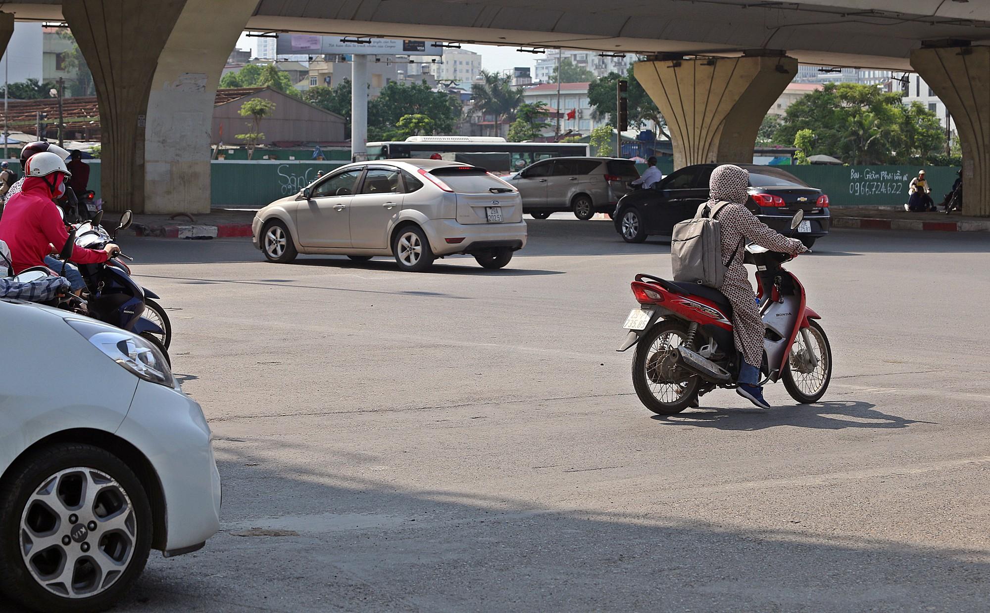 Người dân thi nhau vượt đèn đỏ ở Hà Nội vì nắng nóng, tia UV nguy cơ gây hại cao? - Ảnh 6.
