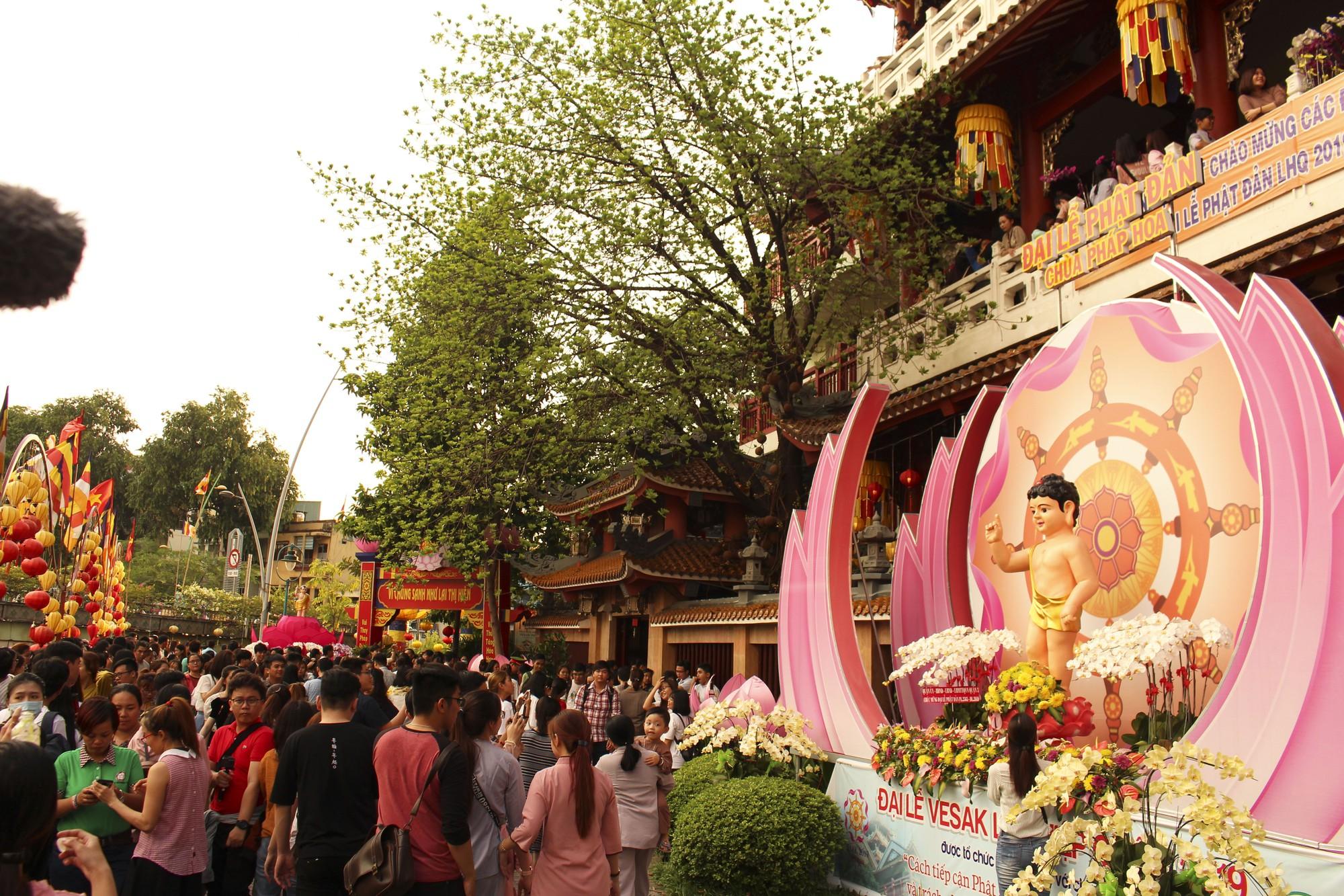 Chùa Pháp Hoa lung linh ngọn đèn hoa đăng ngày lễ Phật Đản - Ảnh 4.