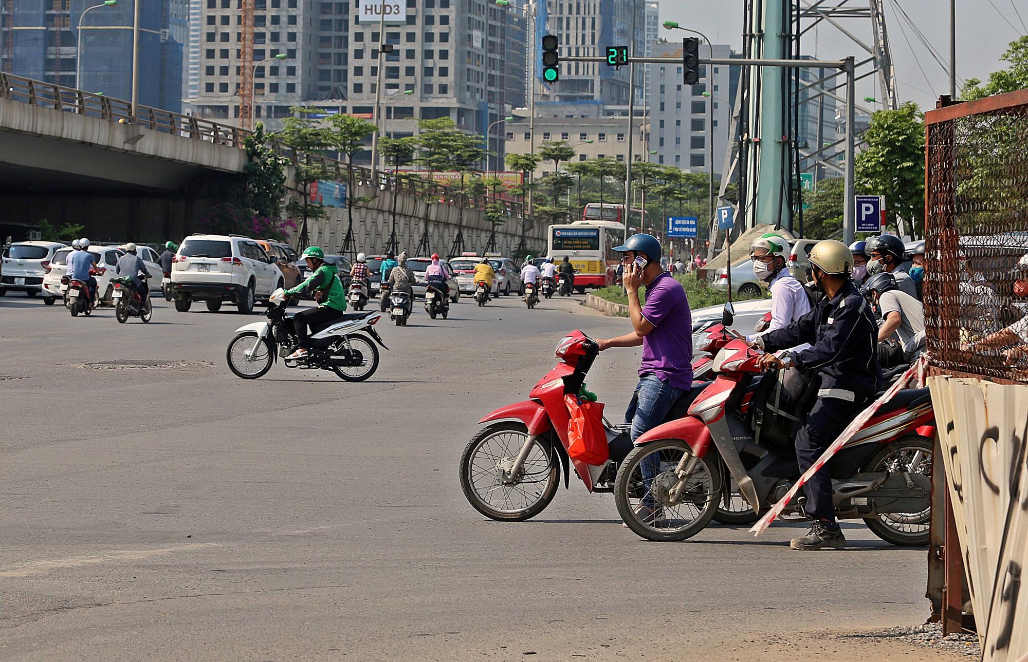Người dân thi nhau vượt đèn đỏ ở Hà Nội vì nắng nóng, tia UV nguy cơ gây hại cao? - Ảnh 7.