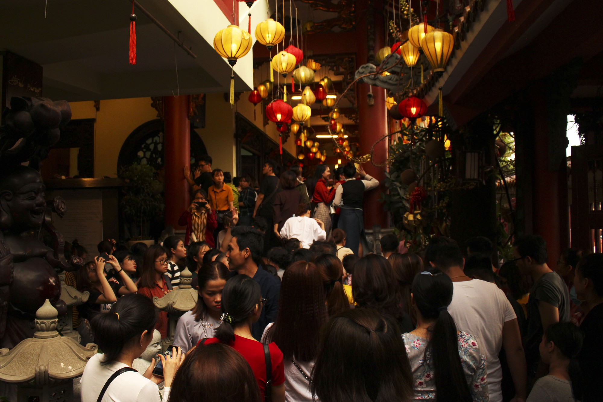Chùa Pháp Hoa lung linh ngọn đèn hoa đăng ngày lễ Phật Đản - Ảnh 5.