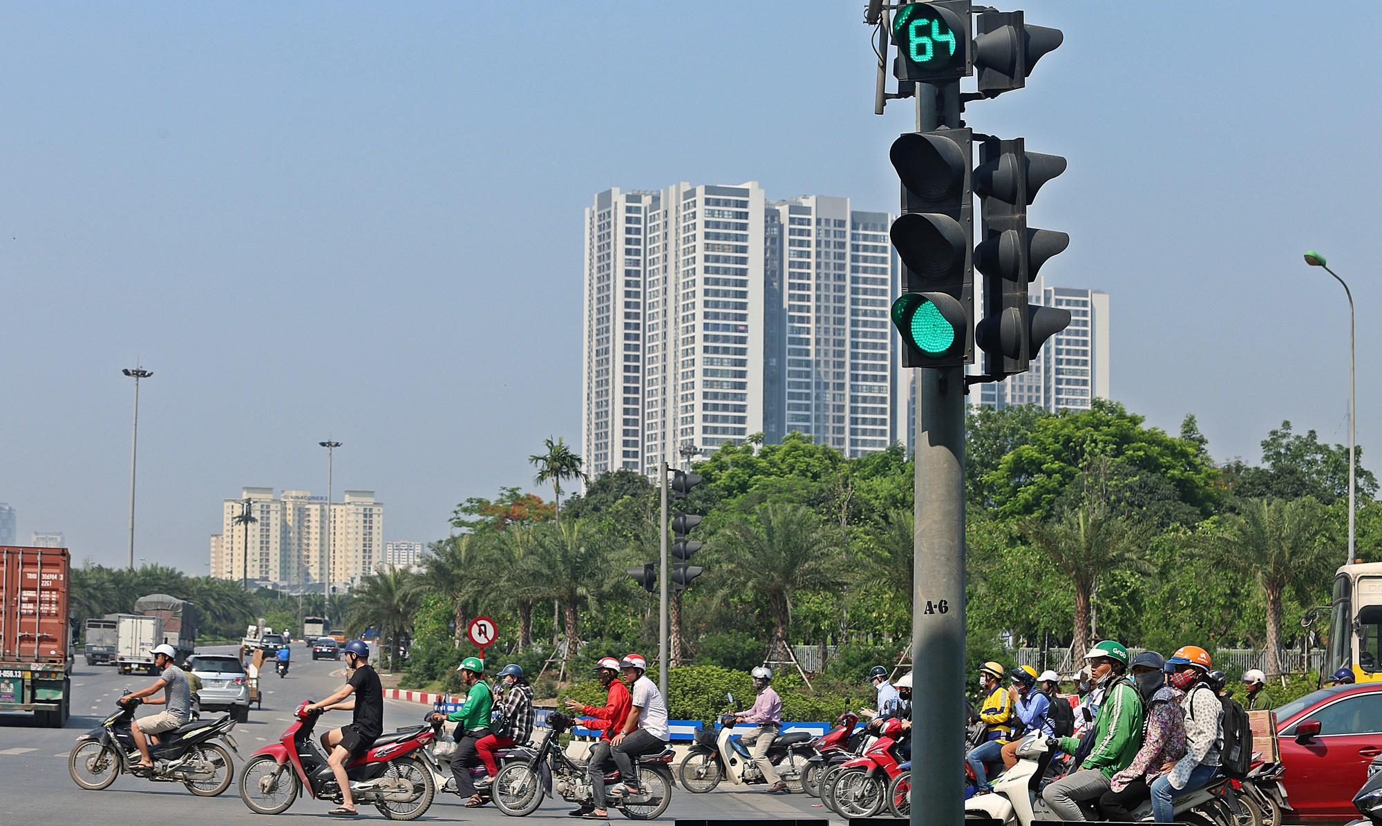 Người dân thi nhau vượt đèn đỏ ở Hà Nội vì nắng nóng, tia UV nguy cơ gây hại cao? - Ảnh 8.