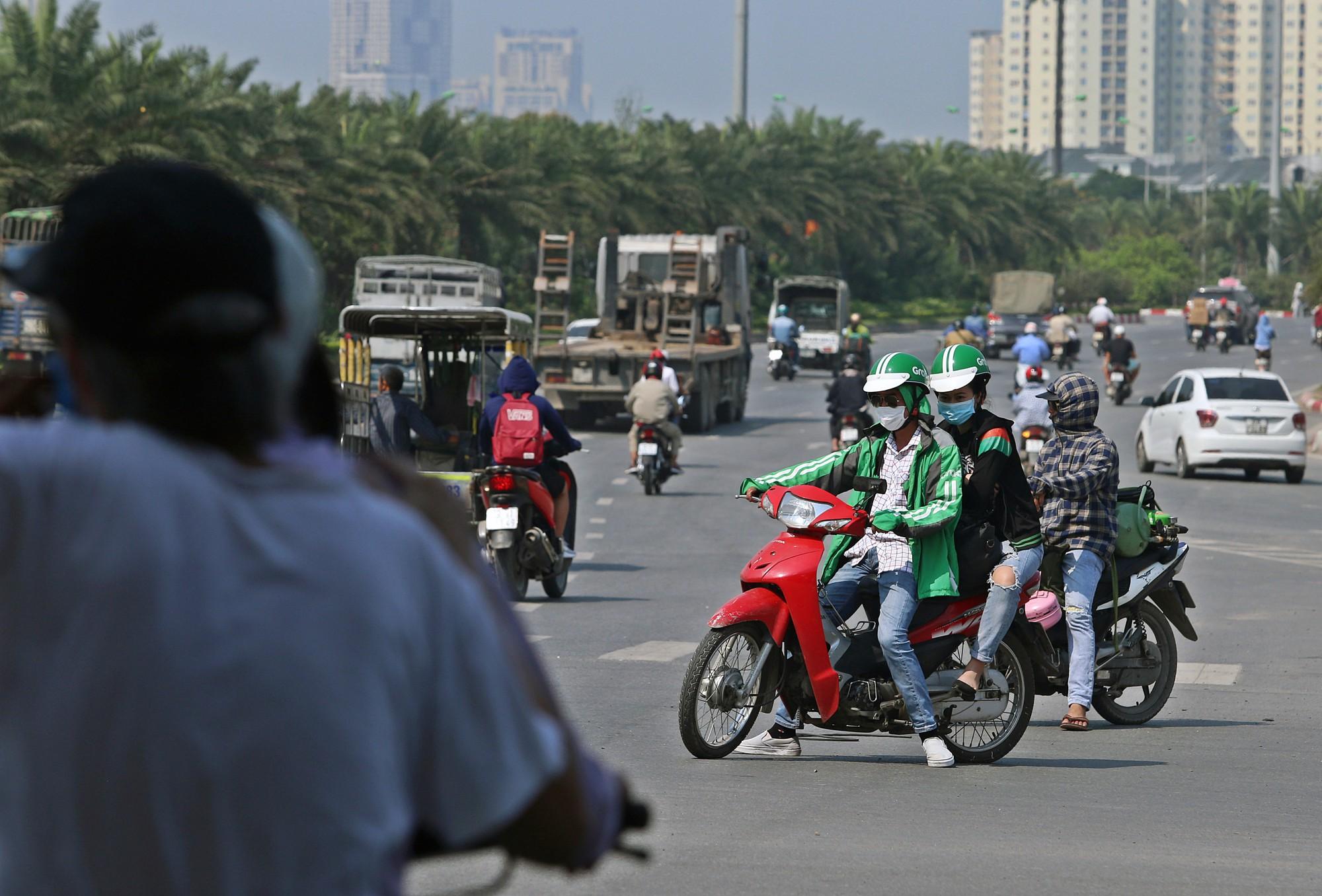 Người dân thi nhau vượt đèn đỏ ở Hà Nội vì nắng nóng, tia UV nguy cơ gây hại cao? - Ảnh 9.