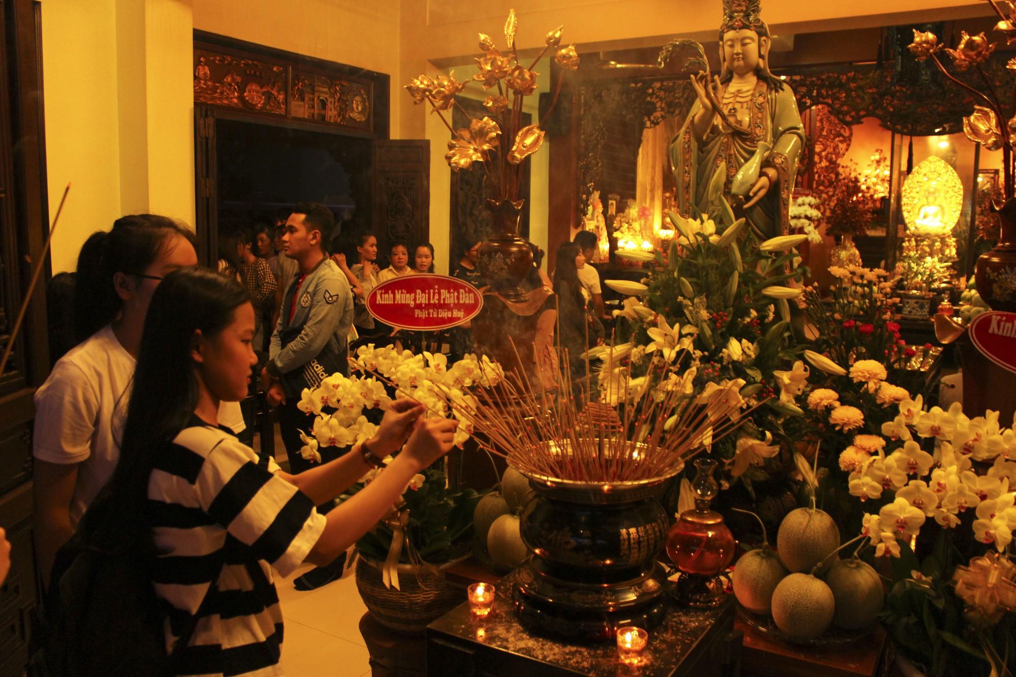 Chùa Pháp Hoa lung linh ngọn đèn hoa đăng ngày lễ Phật Đản - Ảnh 6.