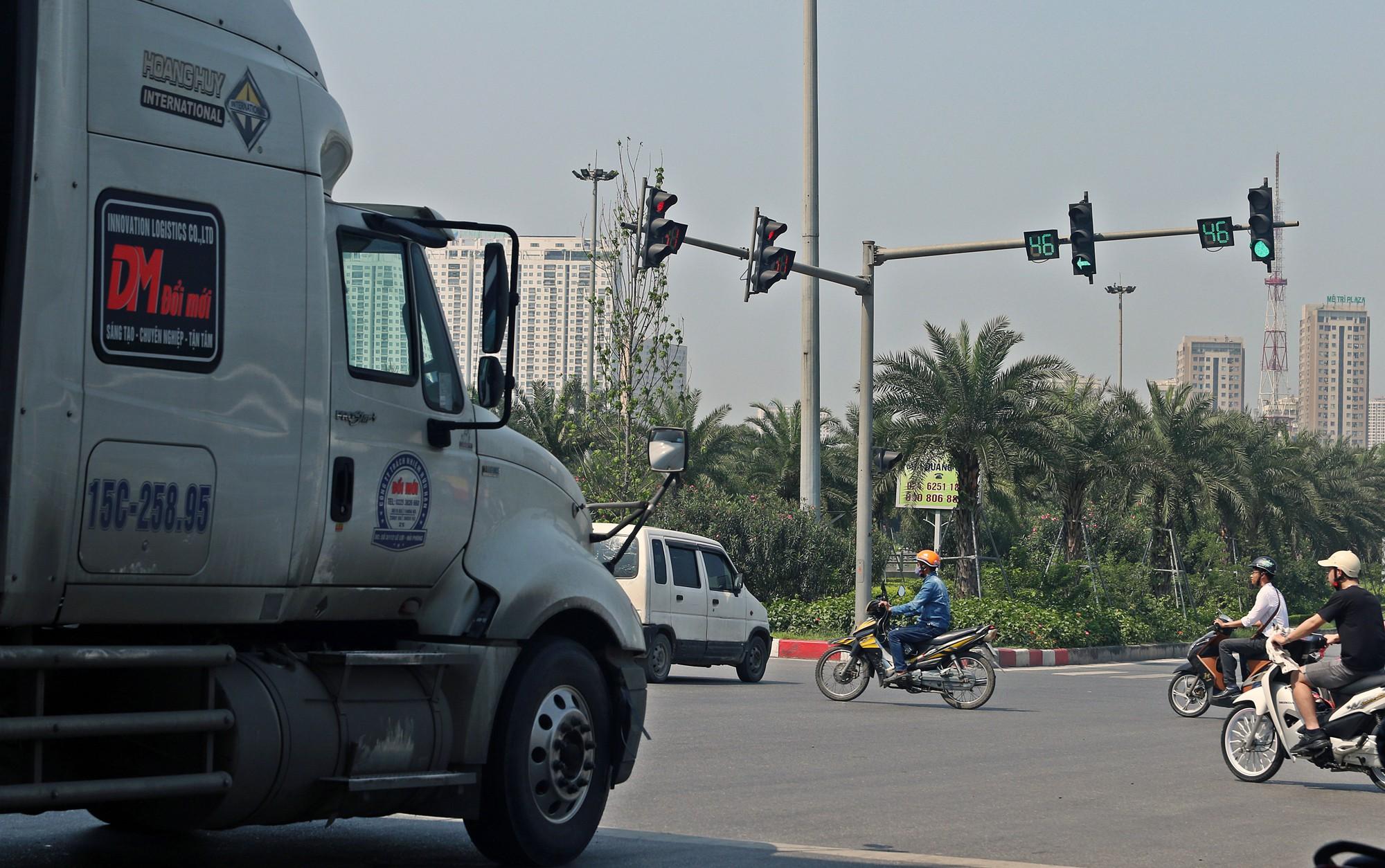 Người dân thi nhau vượt đèn đỏ ở Hà Nội vì nắng nóng, tia UV nguy cơ gây hại cao? - Ảnh 10.