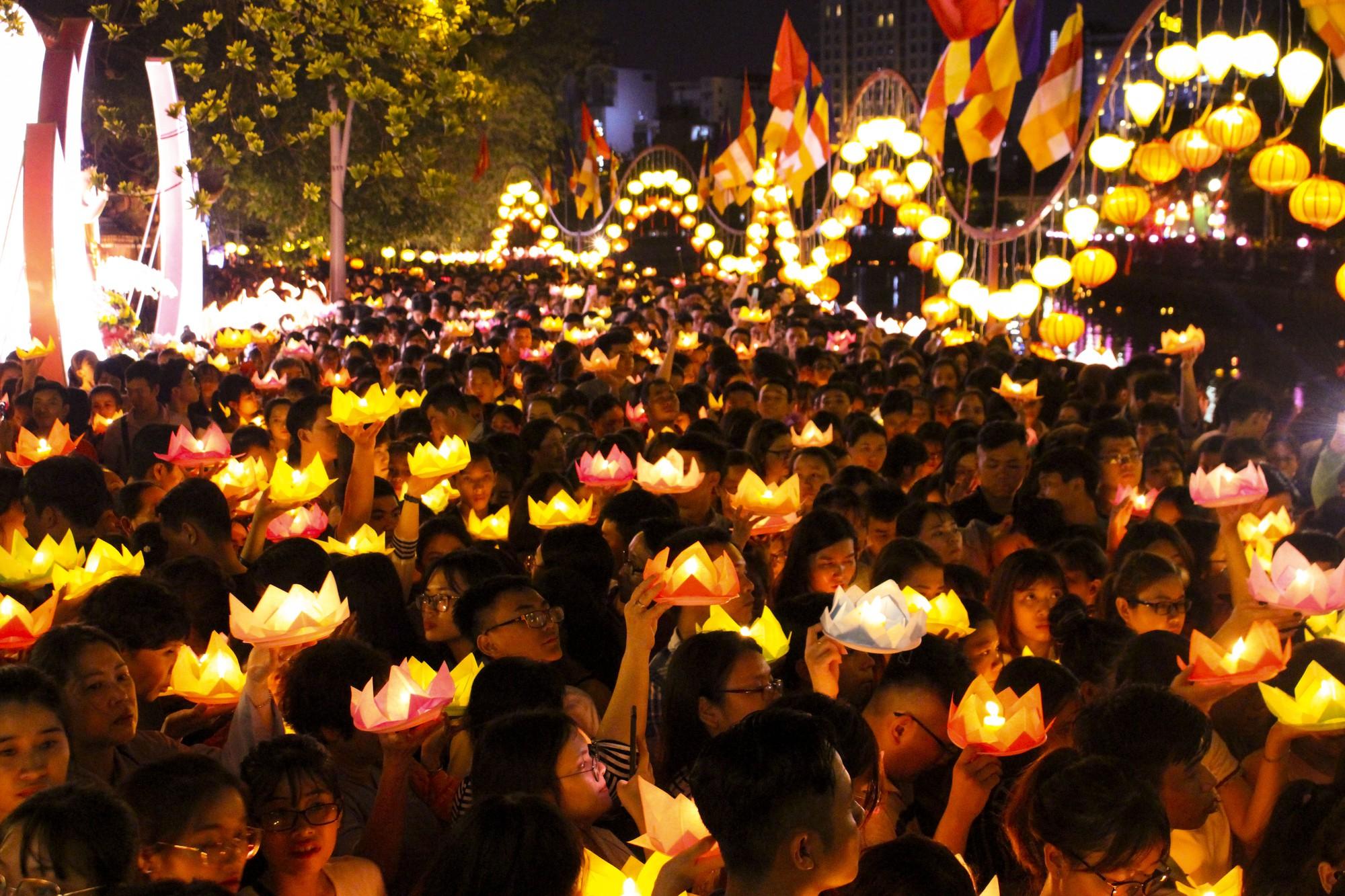 Chùa Pháp Hoa lung linh ngọn đèn hoa đăng ngày lễ Phật Đản - Ảnh 12.