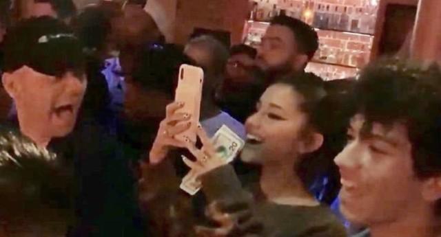 Cộng đồng LGBT thế giới hôm nay (18/5): Ariana Grande bất ngờ xuất hiện tại hộp đêm đồng tính - Ảnh 1.