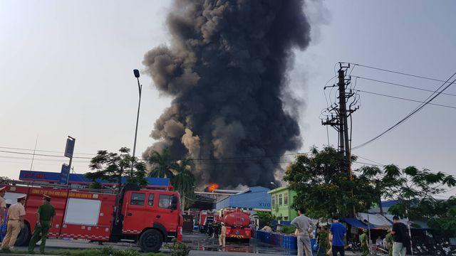 Cháy lớn kho hàng nằm gần cây xăng ở Hải Phòng - Ảnh 2.