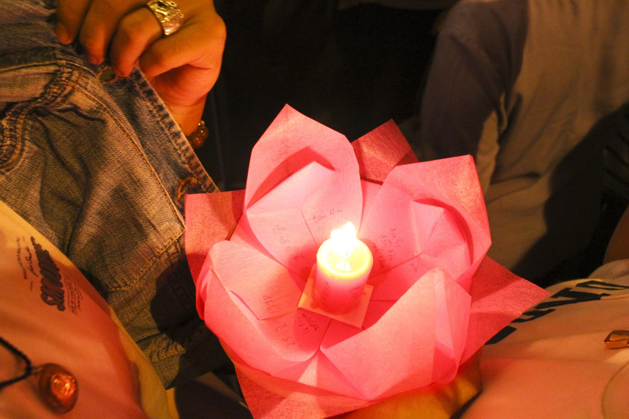 Chùa Pháp Hoa lung linh ngọn đèn hoa đăng ngày lễ Phật Đản - Ảnh 10.