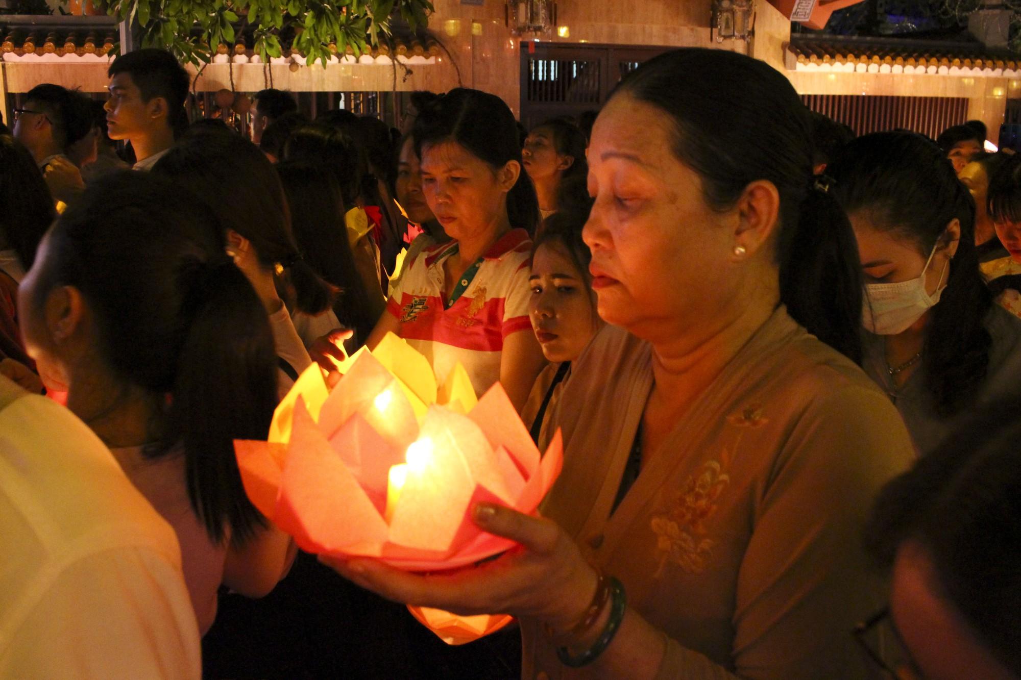 Chùa Pháp Hoa lung linh ngọn đèn hoa đăng ngày lễ Phật Đản - Ảnh 11.