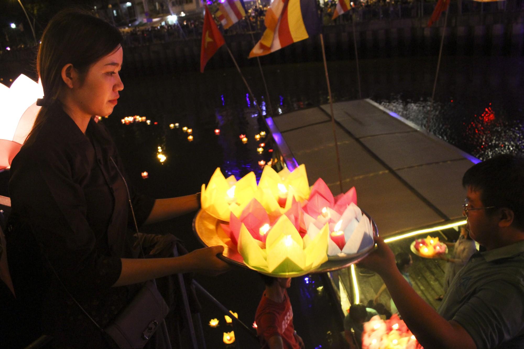 Chùa Pháp Hoa lung linh ngọn đèn hoa đăng ngày lễ Phật Đản - Ảnh 13.