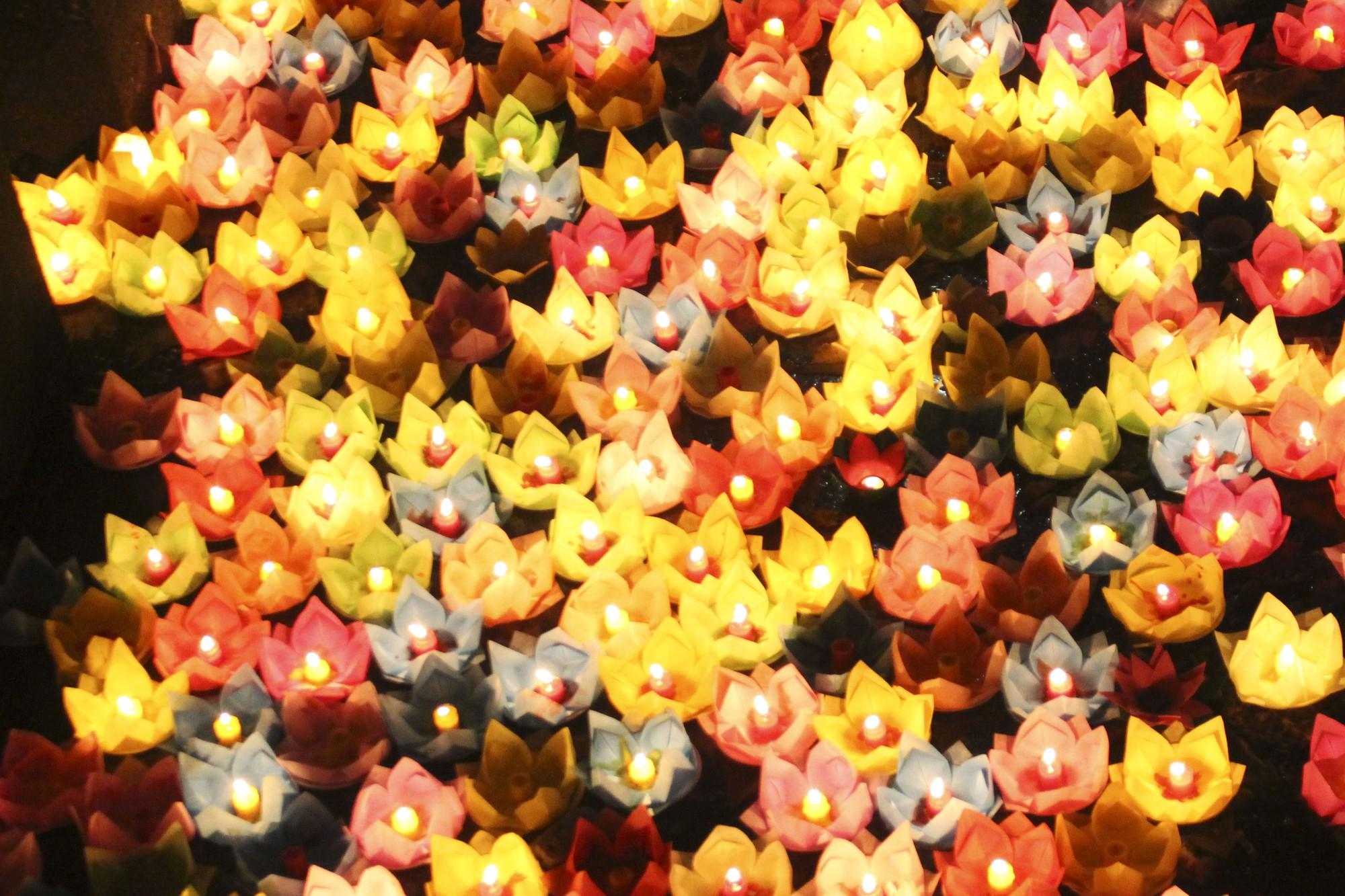 Chùa Pháp Hoa lung linh ngọn đèn hoa đăng ngày lễ Phật Đản - Ảnh 15.