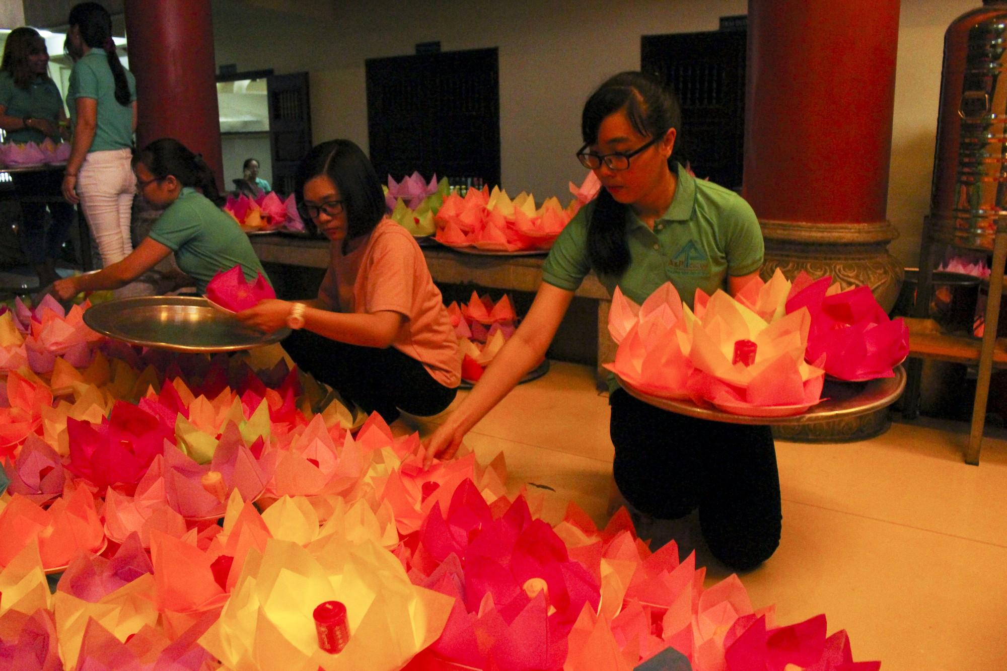 Chùa Pháp Hoa lung linh ngọn đèn hoa đăng ngày lễ Phật Đản - Ảnh 7.