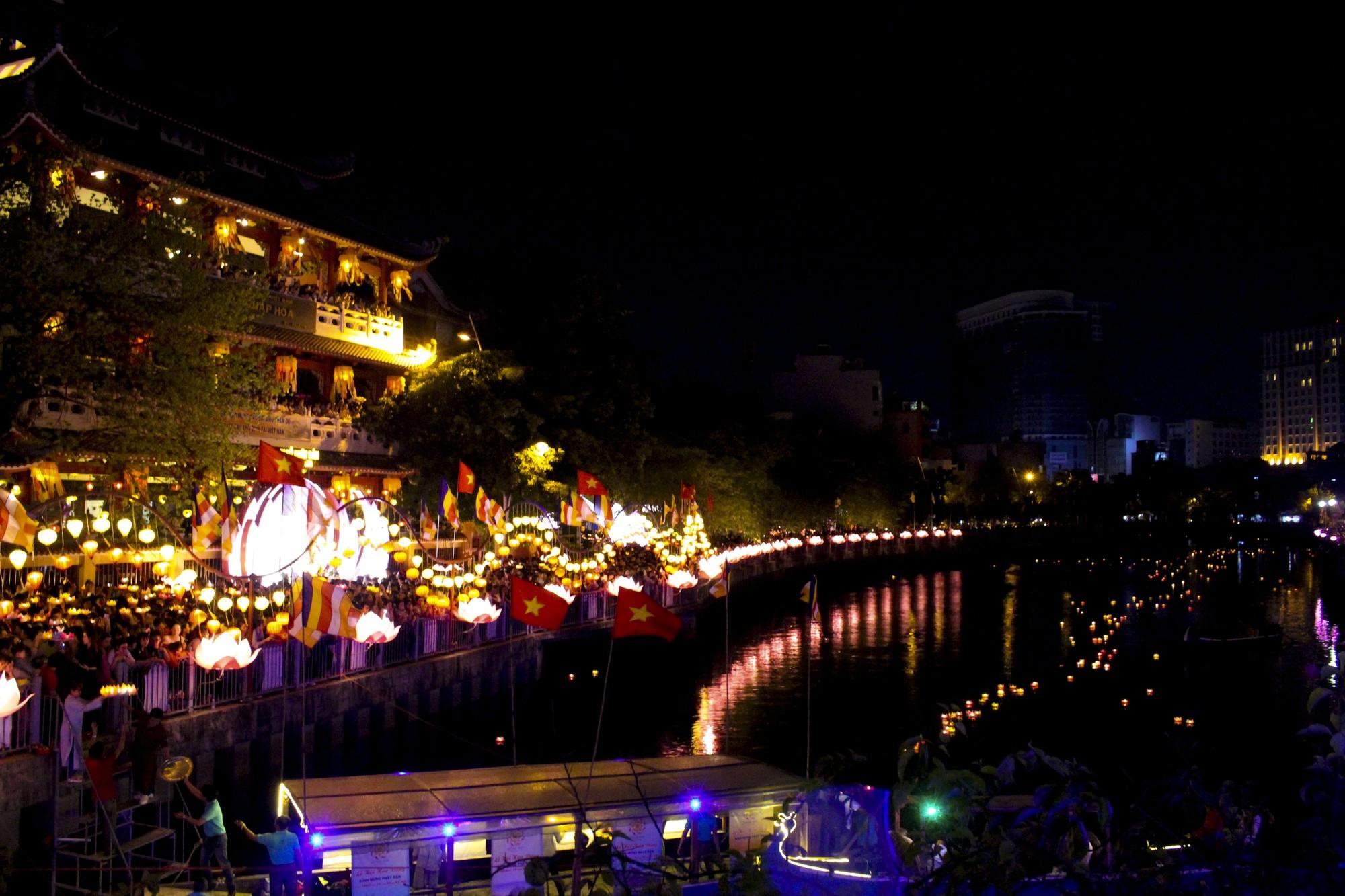 Chùa Pháp Hoa lung linh ngọn đèn hoa đăng ngày lễ Phật Đản - Ảnh 14.