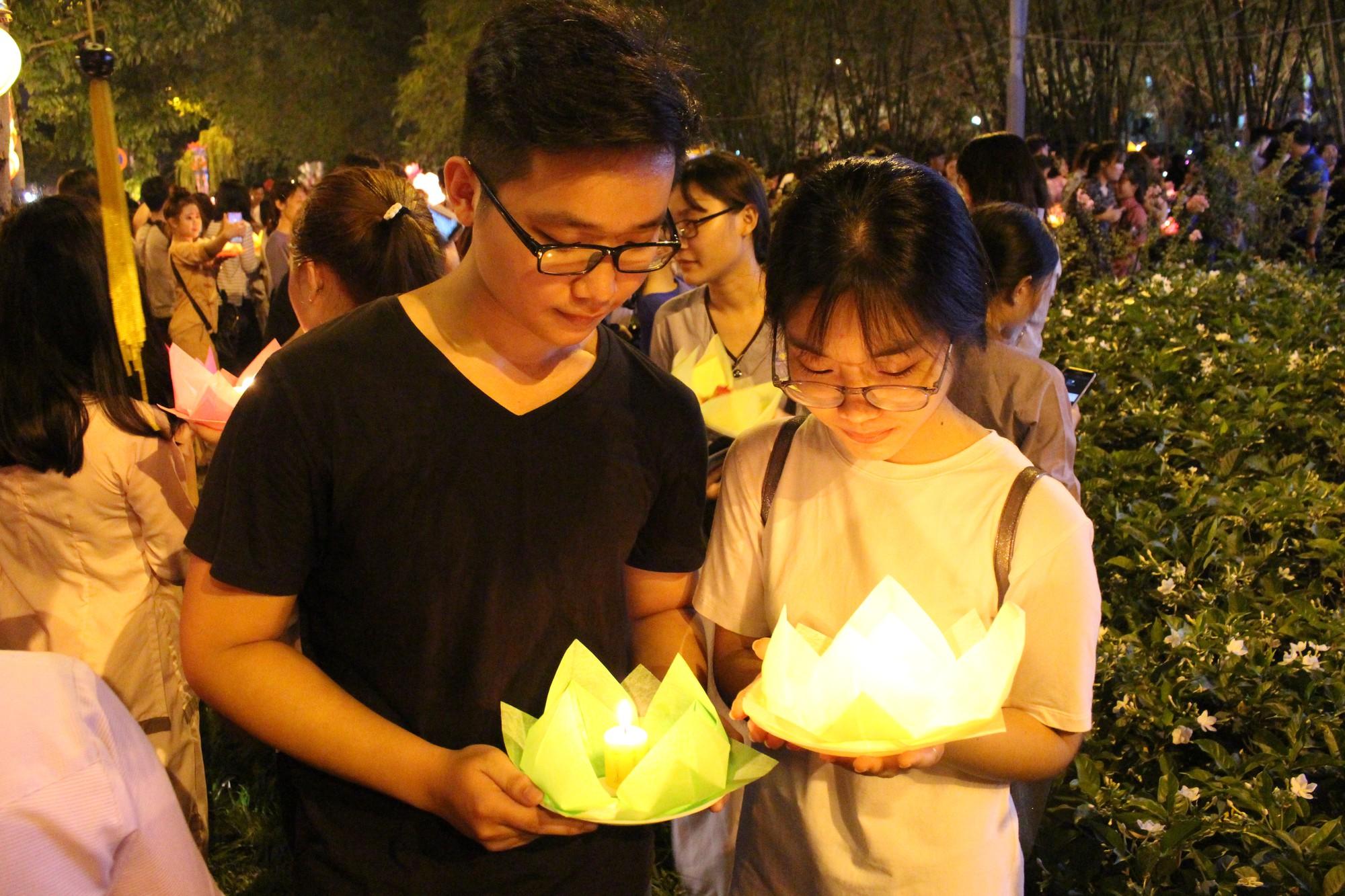 Chùa Pháp Hoa lung linh ngọn đèn hoa đăng ngày lễ Phật Đản - Ảnh 9.