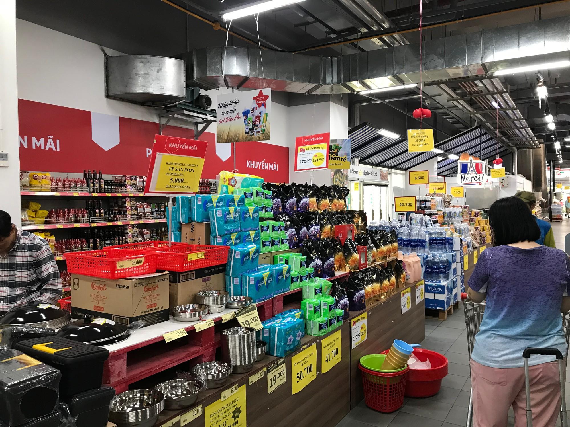 Siêu thị Auchan vắng vẻ sau tuyên bố rút khỏi Việt Nam, gấp rút xả hàng để đóng cửa đầu tháng 6 tới  - Ảnh 1.