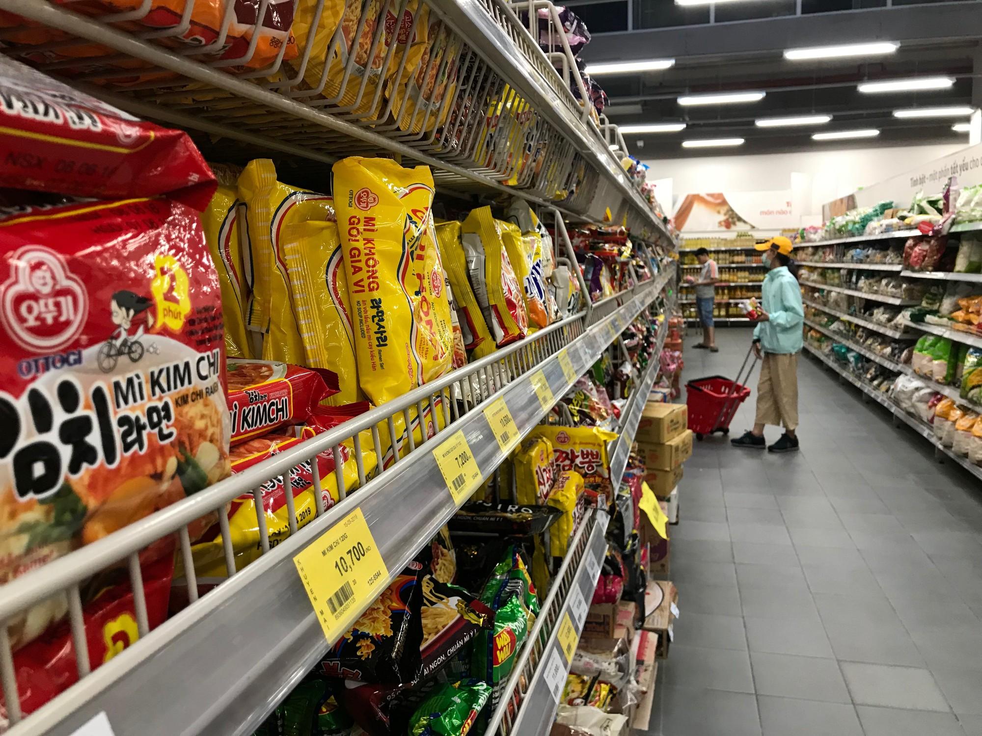 Siêu thị Auchan vắng vẻ sau tuyên bố rút khỏi Việt Nam, gấp rút xả hàng để đóng cửa đầu tháng 6 tới  - Ảnh 3.