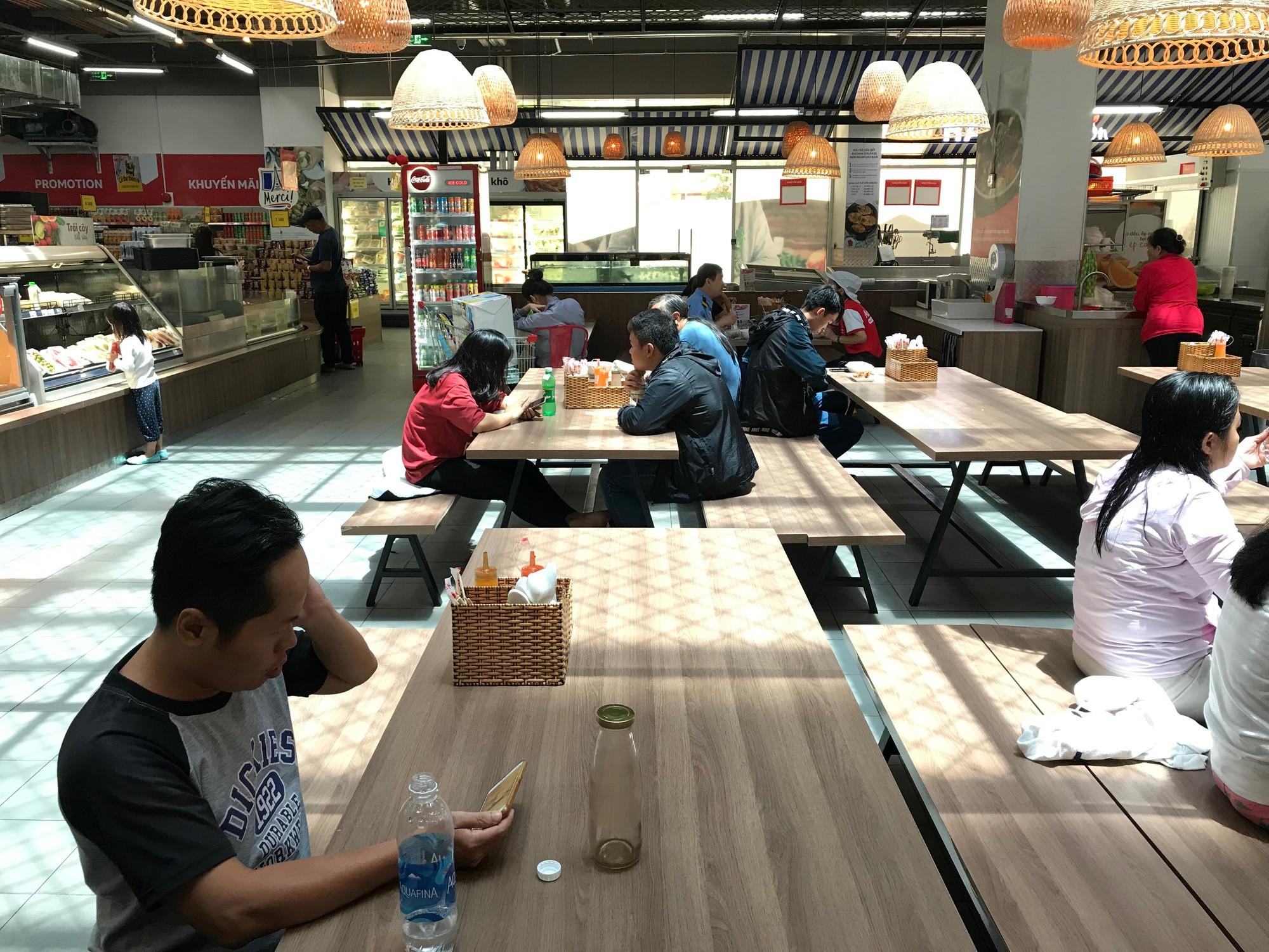 Siêu thị Auchan vắng vẻ sau tuyên bố rút khỏi Việt Nam, gấp rút xả hàng để đóng cửa đầu tháng 6 tới  - Ảnh 5.