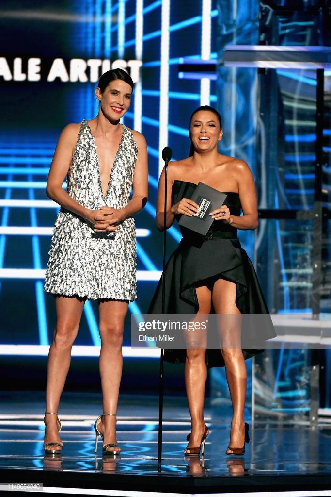 Nữ diễn viên Avengers diện đầm xẻ ngực của Công Trí dự Billboard Music Awards 2019 - Ảnh 2.