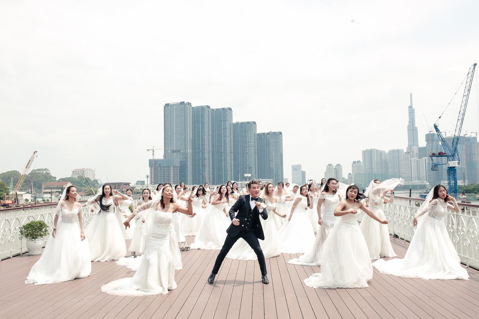 Đàm Vĩnh Hưng chụp ảnh cưới với 50 cô dâu trên boong tàu hạng sang  - Ảnh 1.