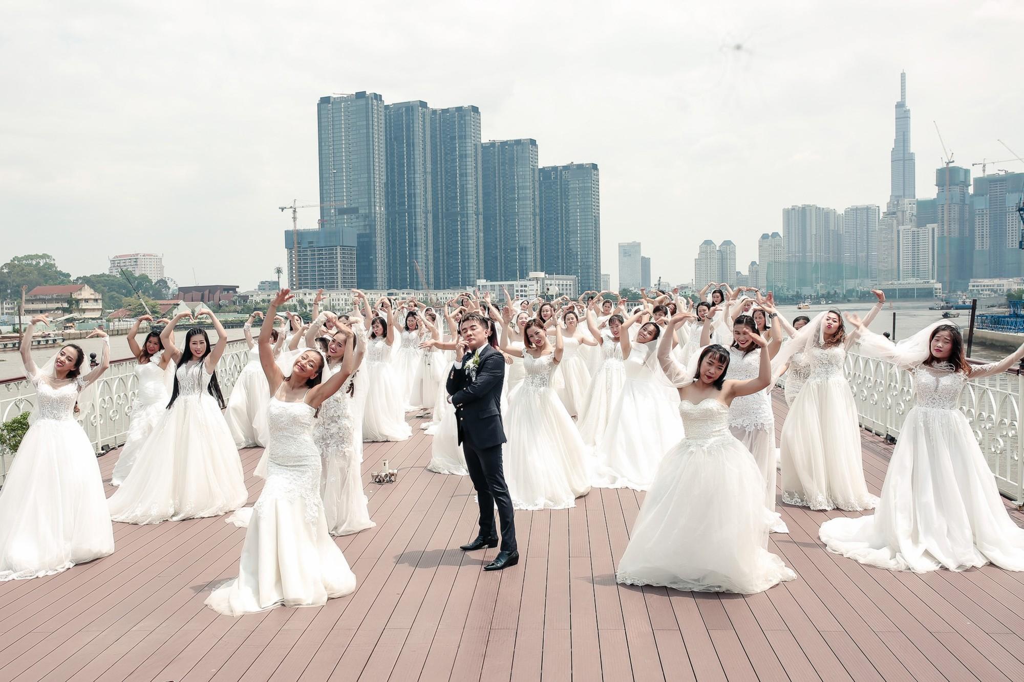 Đàm Vĩnh Hưng chụp ảnh cưới với 50 cô dâu trên boong tàu hạng sang  - Ảnh 2.