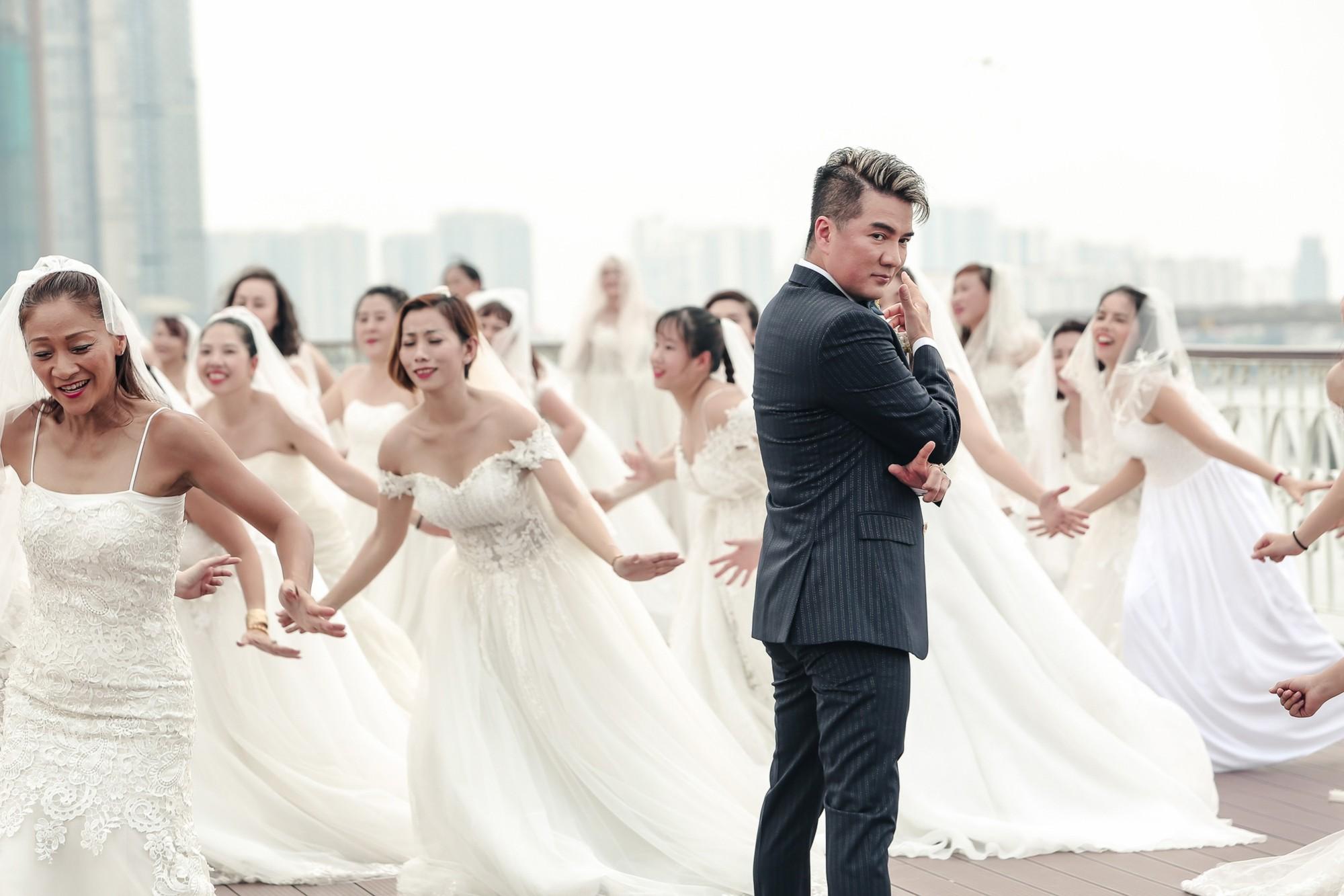 Đàm Vĩnh Hưng chụp ảnh cưới với 50 cô dâu trên boong tàu hạng sang  - Ảnh 4.