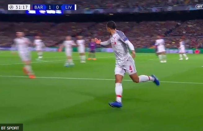 Hậu vệ hay nhất thế giới cầu cứu đồng đội khi đối mặt Messi - Ảnh 1.